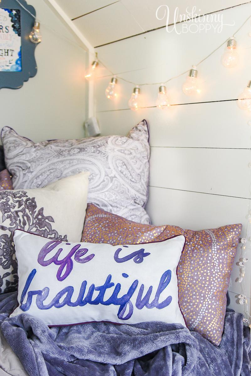 Cozy-Built-in-book-nook-in-attic-5